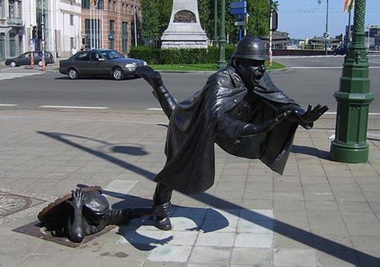 Bruxelles Statua di un uomo che fa inciampare un poliziotto
